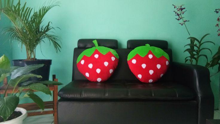 Bantal Karakter Buah Strowberry