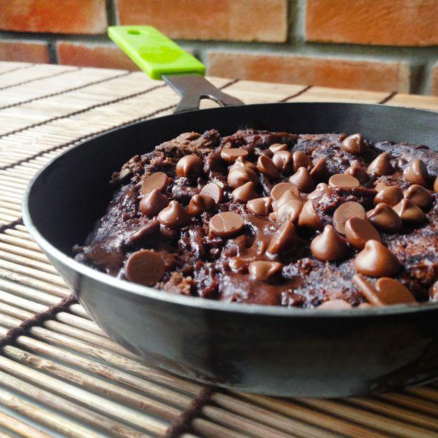 Em apenas 10 minutos é possível fazer um delicioso brownie livre de farinha de trigo e leite, direto na frigideira