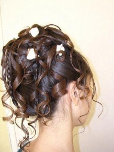 moño de novia con cabellos que caen por todo lado.