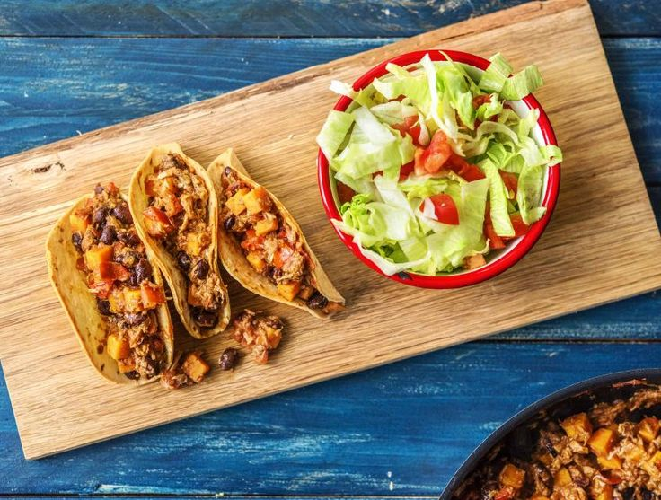 Deze Mexicaanse taco's maak je met gestoofde tomaten, bonen en friszoete ijsbergsla. De speciale twist in dit recept is het gebruik van vis in plaats van vlees.