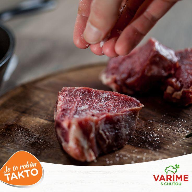 Steaky by sa mali soliť ešte pred ich tepelnou úpravou, hneď potom, ako ich potrieme olejom. Súhlasíte, alebo ste počuli opak? Podeľte sa so svojimi skúsenosťami v komentári a poraďte aj ostatným labužníkom. :)