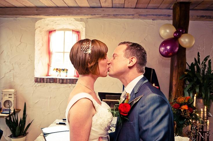 De eerste kus als man en vrouw tijdens bruiloft, huwelijk, trouwen, Brabantse Hoeve, #bruidsfotograaf Dario Endara