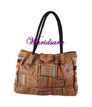 Deze tassen zijn handgemaakt van de prachtige traditionele stoffen van de Hmong Tribe.Kleurige lapjestassen met suede-leren hengsel. Gemaakt van stevige stof waar de Hmong mensen baby draagdoeken van maken.Handige kleine tas met een fraai afgewerkte ...