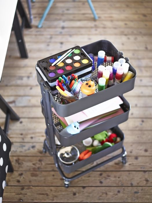 Um carrinho de cozinha pode sair do habitat natural para dar casa a outros ofícios. São 3 andares cheios de espaço para canetas, lápis e papéis :)