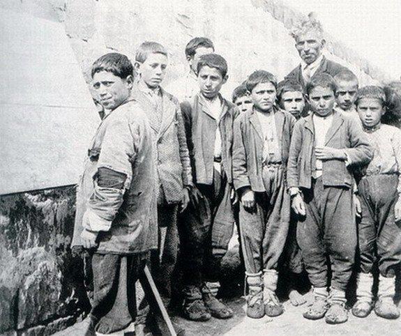 Kayseri Pazarören Köy Enstitüsü Öğrenciler açık hava dersliğinde Öğretmen; Hüseyin Kavral