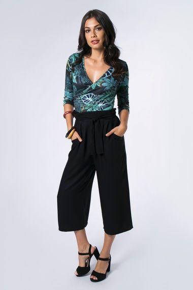 9f302aad8 Calça pantacourt em tecido liso possui faixa na cintura para amarração e  elástico na parte posterior