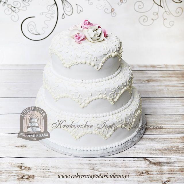 24BW Klasyczny piętrowy tort weselny z ornamentem i różami. Classic wedding cake.