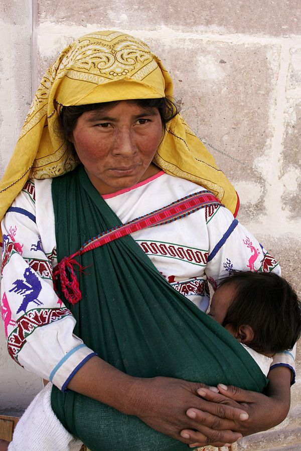 Huichol indian - List of indigenous peoples - Wikipedia We Are The World, People Around The World, Mother And Father, Mother And Child, Mexican Art, Folk Costume, Mothers Love, World Cultures, Baby Wearing