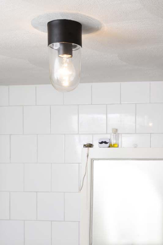 KARWEI | Kies voor een simpele plafondlamp in de badkamer. #karwei #badkamer #wooninspiratie
