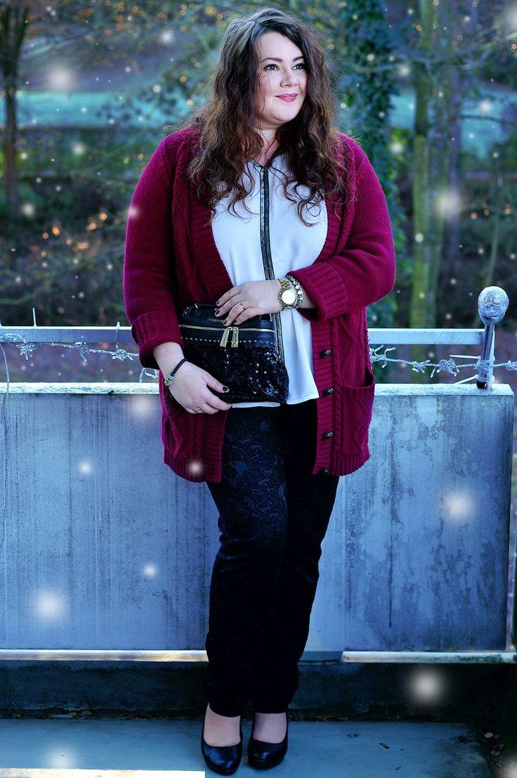 Große Größen Plus Size Fashion Blog - christmas outfit - Große Größen Plus Size Fashion Blog - burgundy cardigan, black and white shirt, black lace pants, black sequin twin-set bag,  kik textilien, bon prix, ms mode, twin-set