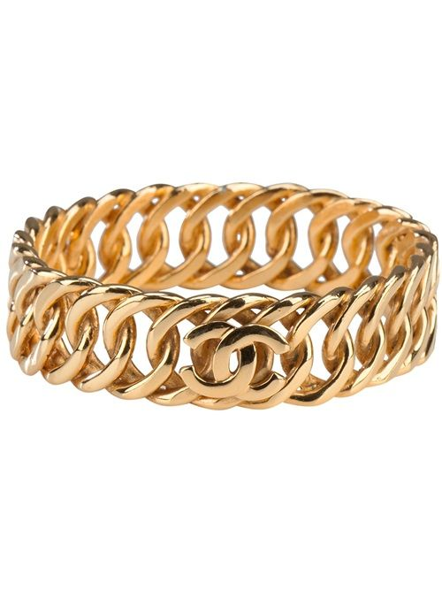 CHANEL VINTAGE - Gold-tone brass bangle from Chanel featuring a chunky curb chain style design and a signature interlocking 'C' logo. Please note that vintage items are not new and therefore might have minor imperfections.