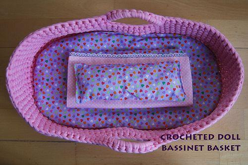 cesto moises muñecas en trapillo #ganchillo doll bassinet basket #crochet via tierraremota by glaramknits