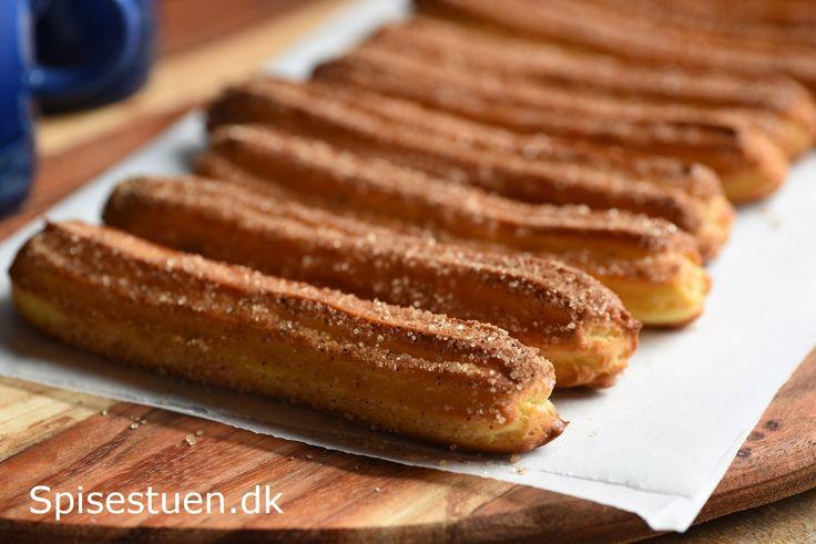 Duften – og smagen – af churros kender mange fra Tivoli. Friturestegte stænger trillet i kanelsukker og dyppet i chokolade :-) Min version er en smule anderledes, for jeg har bagt mine …