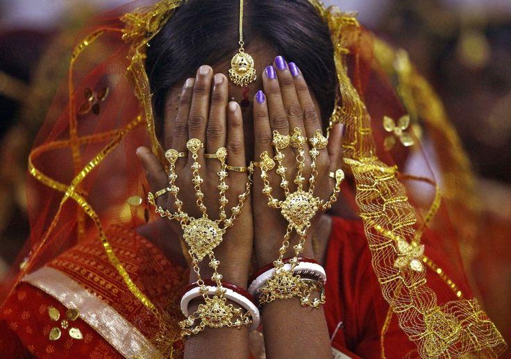 In Kathmandu traden gisteren 100 Nepalese stellen volgens de hindoeïstische rituelen in het huwelijk. De stellen vertegenwoordigen alle kasten uit de maatschappij. De massaceremonie was een initiatief van de Radna Krishna Foundation, die hiermee het hindoeïstische eenheidsgevoel en de hindoeïstische cultuur in Nepal wil bevorderen. In de buurt van Kolkata in India werd eveneens massaal getrouwd, door 108 hindoeïstische en moslim-stellen. ook deze massaceremonie had als doel het…