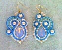orecchini soutache con gocce di cristallo azzurro opal, perle ed elementi anallergici