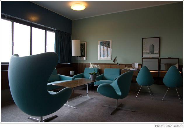 ヤコブセンのイスがかわいいホテルのパブリックスペース|北欧インテリアコーディネート