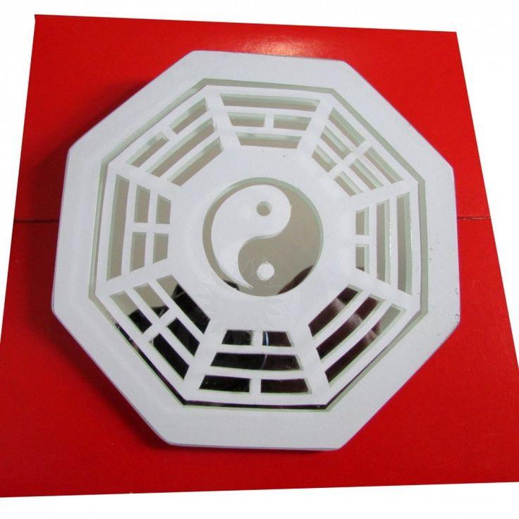 Baguá em Espelho Convexo 7cm <br>Produzido todo em espelho com símbolos em jateado. <br> Acompanha folheto explicativo dos 8 lados do baguá <br>Usado no Feng Shui para dar equilíbrio dos lares ,comércios empresas. Figura geométrica de oito lados, cada pessoa representa uma área de harmonização com os quatro elementos da natureza.:Terra,fogo ar,água . <br>Representado por trabalho, sucesso, relacionamentos, criatividade, amigos, espiritualidade, família e prosperidade. <br>Sua função é…