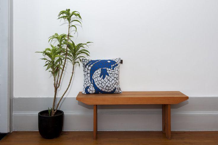 Partnership Garrido White X Histórias Por Metro Quadrado Knit cushion inspired in Portuguese sidewalk