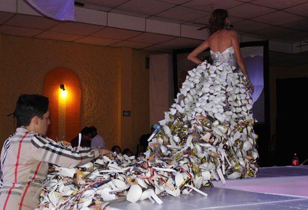 vestido material reciclado - Buscar con Google