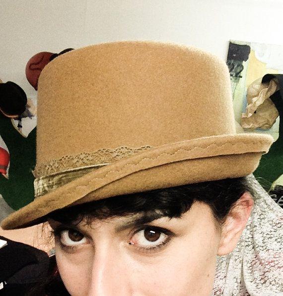 Cappello donna in feltro cammello - Cappello cilindro donna con fascia in ricamo e velluto - Cappello feltro fatto a mano