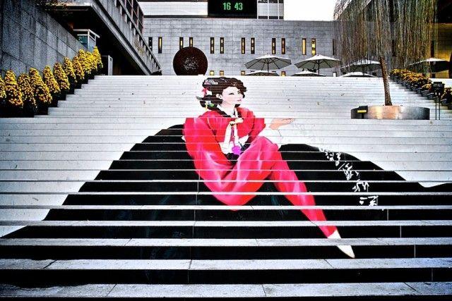 Seoul, Corea del Sud – Spettacolare, e orientaleggiante l'installazione colorata sulla grande scalinata del teatro musicale della cpitale sudcoreane.