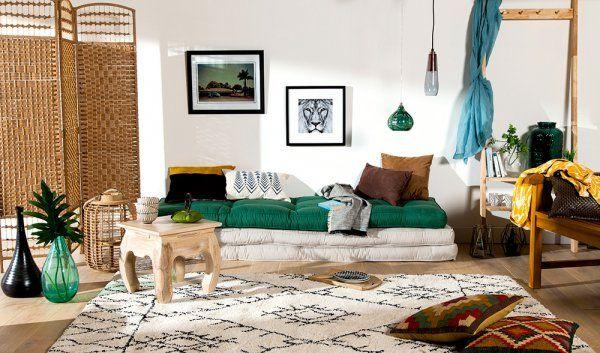 Pour la touche chic, on chine des objets que l'on associe à un mobilier tout doux. On opte pour des petits objets artisanaux, des corbeilles et des paniers tressés, ramenés de voyage ou chinés dans des brocantes près de chez vous. On les mixe avec de belles pièces de designer ou du mobilier conçu dans des matériaux toujours nobles. Le bois est un essentiel de l'ethnique chic, qui devient, plus qu'un style décoratif, un véritable art de vivre, entre éthique, curiosité, inventivité…