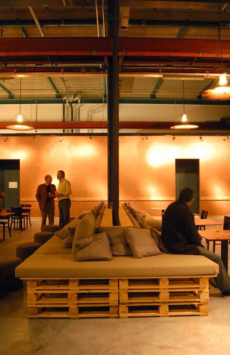 Muebles de palets restaurante en amsterdam amueblado con for Muebles con material reciclado