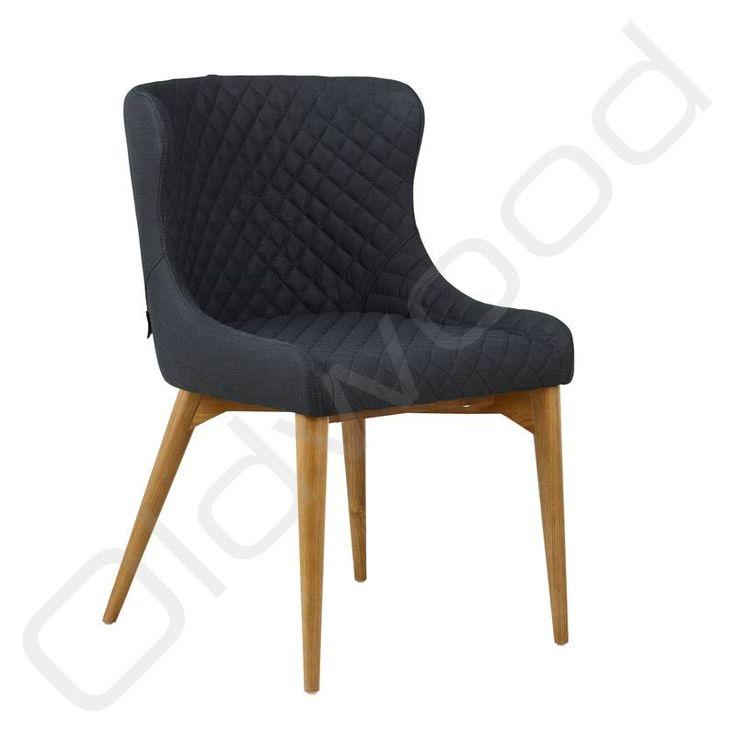 Deze gecapitonneerde zwarte stoel is zeer comfortabel en past goed in een landelijke of moderne inrichting en bij veel andere stoelen. Perfect als woonkamerstoel of keukenstoel.