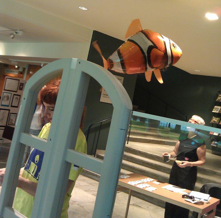 Formatdag 30 november 2012 på Västerås stadsbibliotek. På bilden syns en air swimmer (en flygande fisk) från vänster Ulla Solsmo Länsbibliotek Sörmland och Christina Stenberg Länsbibliotek Västmanland.