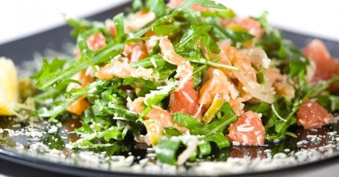 Recette de Salade Croq'Kilos de roquette, endives, saumon et pamplemousse rose. Facile et rapide à réaliser, goûteuse et diététique.