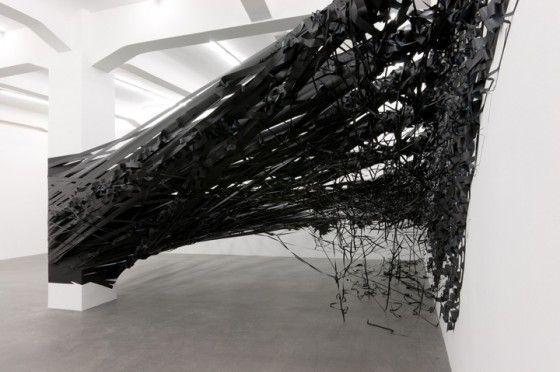Monika Grzymala - Raumzeichnung - Installazione realizzata con 5 km di nastro…