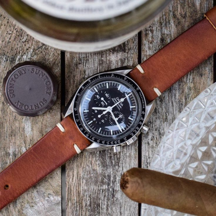 A beautiful Rustic Brown handcrafted watch strap. One of my personal favorites! Featured on an Omega Chronograph watch, the Speedmaster Professional.