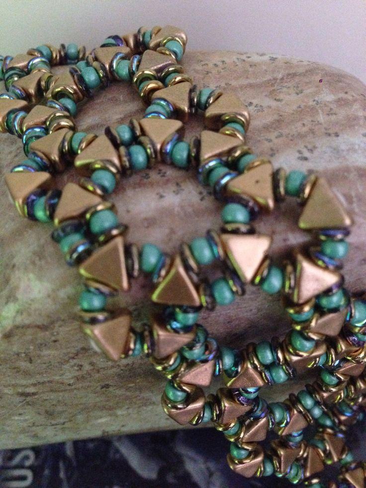 Erg leuke groen/ goudkleurige armband van Kheopskralen! Ik heb het gekocht bij Czechglaskralen.com  als pakketje inclusief het patroon Kheops Armband Diana van Akkesieraden.
