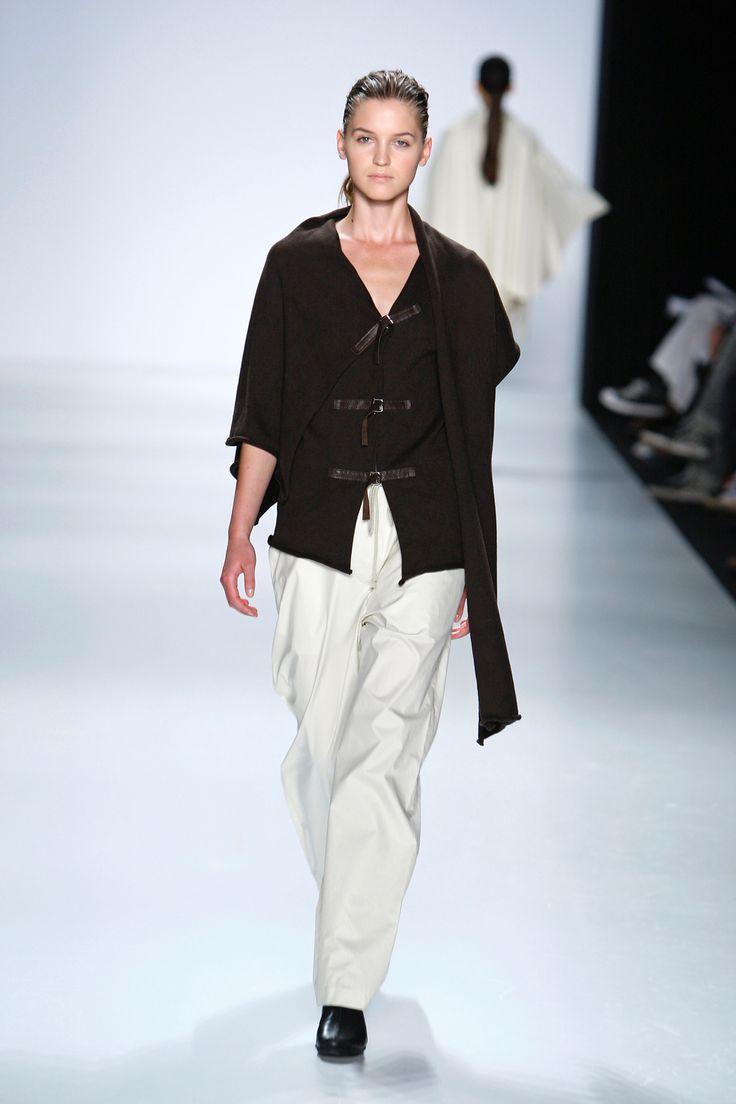 EINZELGÄNGER cardigan/coperta in maglia di cotone marrone, pantaloni in popeline di cotone beige • knitted brown cotton blanket/cardigan, beige poplin pants