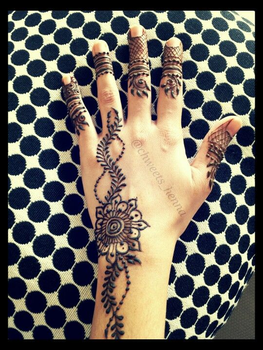 Simple henna design with intricate fingers