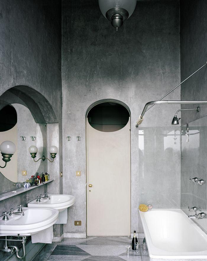 Fin de soirée. Entre grands fous rires et petits secrets, la salle de bains, qui affiche les découpes architecturales emblématiques de Dominioni, s'était transformée en fumoir.