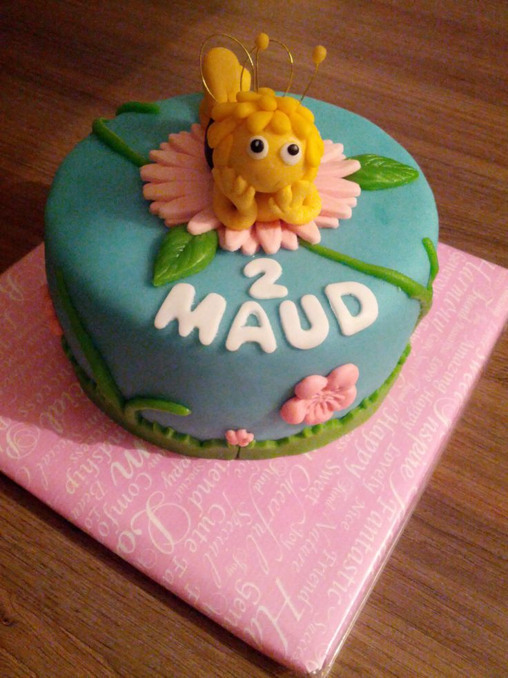 Maja de bij taartje voor Maud