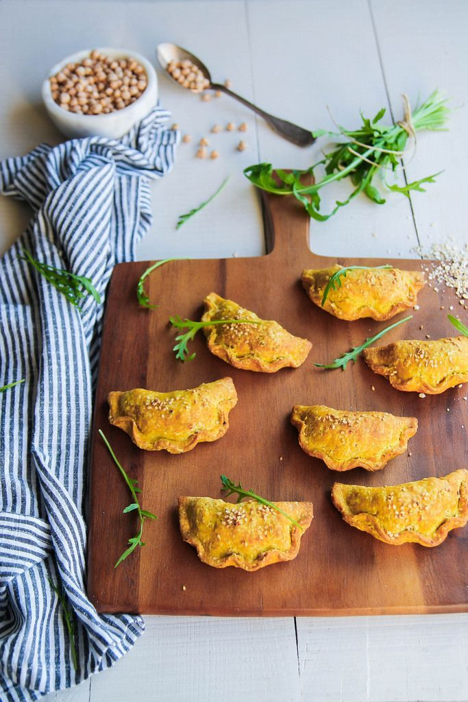 Chaussons aux légumes d'hiver {vegan} - Ingrédients : 2 patates douces, 2 panais, 100 g de pois-chiches cuits, du curry en poudre, de l'huile d'olive...