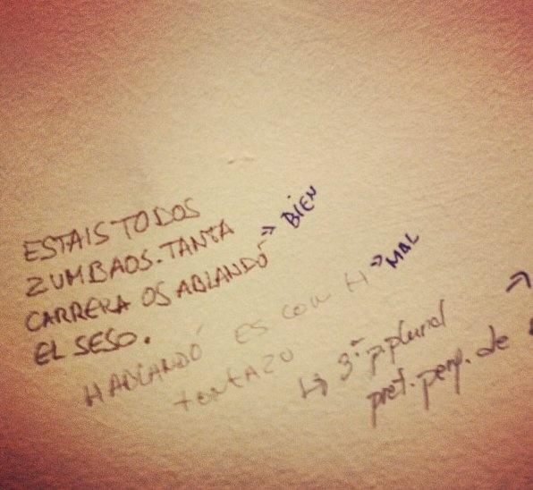 """Vía M.A. Herranz. Grafiti hallado en los servicios del CA Gregorio Marañón de la UNED de Madrid. En """"zumbaos"""", muestra de pérdida de """"d"""" intervocálica,muy común en adjetivos y participios en -ado. Sin embargo, lo que le corrige otro grafitero es el no haber escrito """"ablandó""""con """"h"""", y le indica que pertenece a la 3ª persona plural (?) del pret. perf. de ¿hablandar?;  un tercer grafitero tercia en el asunto, con rotulador azul. Se supone que los que usan esos baños son universitarios..."""