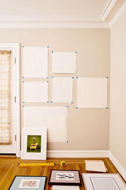 parede com moldes de papel branco colados com fita para colocação de quadros