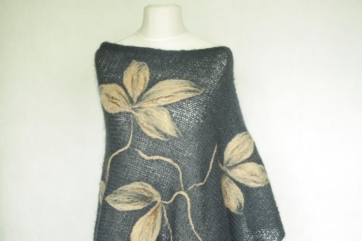 Granatowe poncho z aplikacją wykonane na drutach