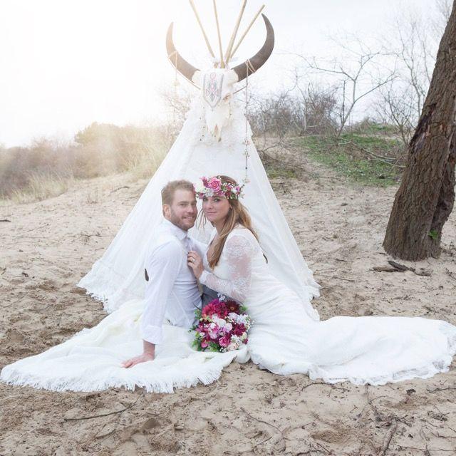 Bohemian Summer bruidegom & bruid Tim en Stephanie Akkerman op een wollig kleed voor de tipi.