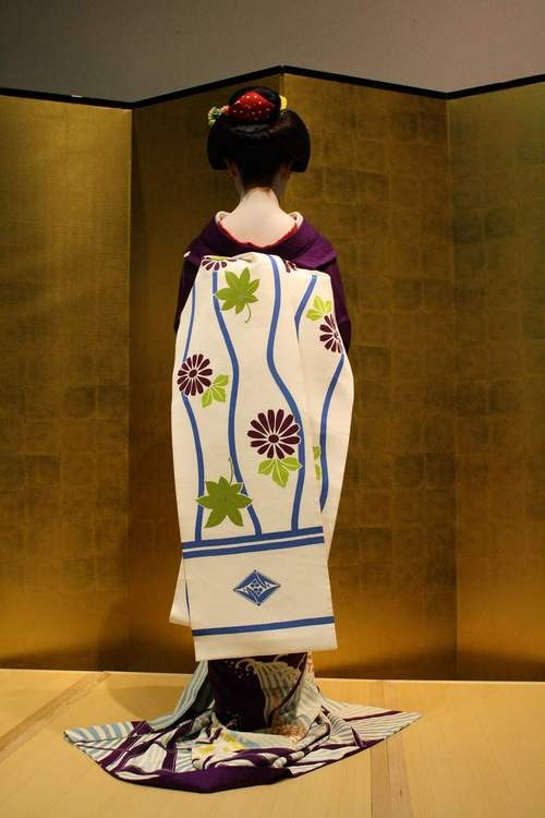 Maiko in a lovely darari obi... oh how I'd love to have this obi!