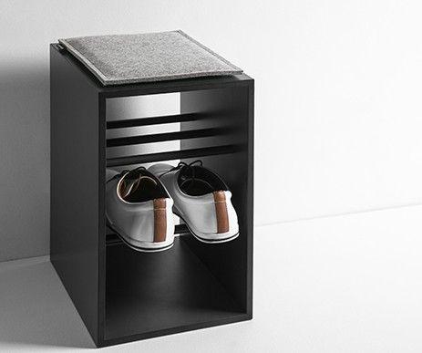Funkcjonalny regał Onto na przechowywanie obuwia. Wykonany w całości z wytrzymałego materiału HPL. Można na nim usiąść.