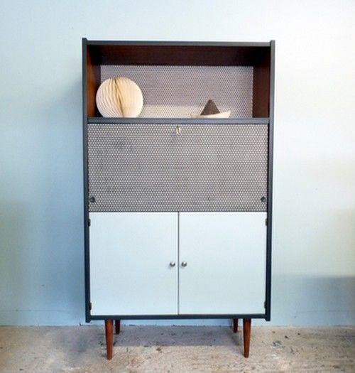 Secrétaire vintage couleur acajou revisité en gris, noir et bleu pastel. Les côtés et l'intérieur de la niche avec abattant ont été repeints avec le ...