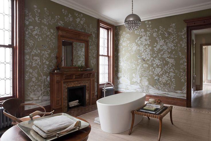 зеленые обои в интерьере ванной с камином