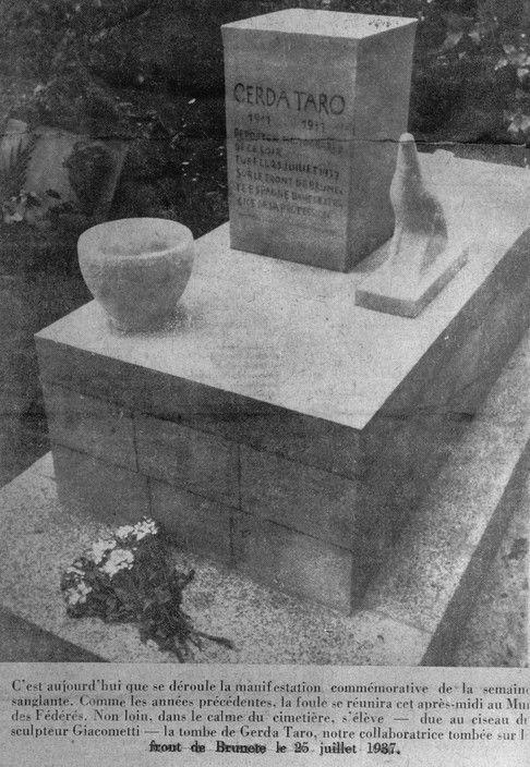 Colección Capa  Tumba de Gerda TARO en el cementerio Père-Lachaise de París (cerca del Mur des Fédérés), decorada con esculturas de Giacometti, fue asesinada en el frente español en Brunete el 25 de julio de 1937. Durante la Segunda Guerra Mundial la inscripción fue retirada y La nueva lápida acaba de tener su nombre (ver foto Burri 92019w00002 / 36). Esta imagen fue tomada de una revista publicada en 1937.