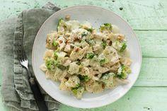 2 maart - Broccoli in de bonus - Bewaar wat kookwater van de pasta en voeg dat toe aan de saus. Dan blijft hij beter aan de farfalle hangen - Pasta met broccoli en romige pestosaus - Recept - Allerhande