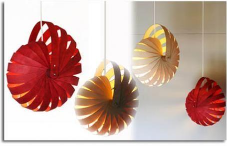 Lámpara plegables cuyos componentes vienen como un juego de conjunto para la reducción de envases y eficiente transportabilidad.
