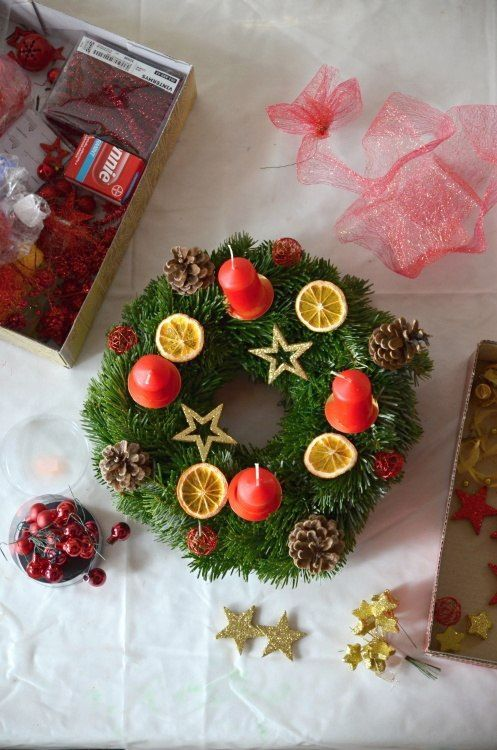 Kde koupit nebo jak vyrobit adventní věnec na vánoční stůl i na dveře jako vánoční dekoraci. Inspirace pro Vás. Barvy věnců zelená, červená, zlatá, fialová.